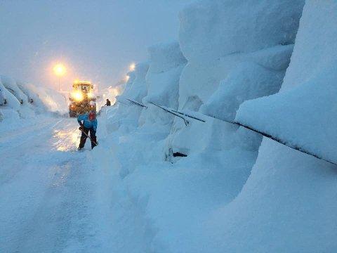NEDSNØDD: Da de ansatte kom på jobb mandag var det bare å ta spaden fatt og sette gang med snømåking.