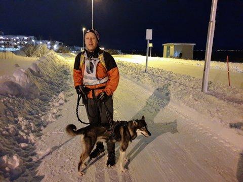 LØPER: Jo Aarseth løper forbi ulykkesstedet hver dag sammen med hunden Tana.