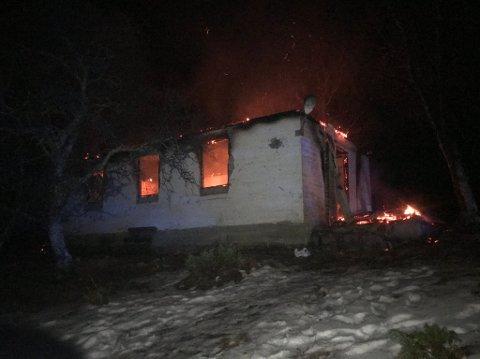 FYR OG FLAMMER: Slik så det ut på brannåstedet mandag kveld.