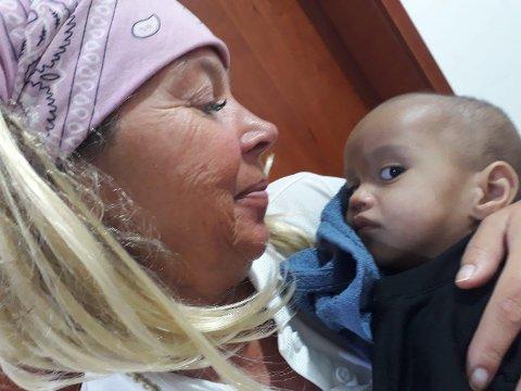 SAMOA: Her er Sissel Jansen sammen med Trish. Det er en 13 måneder gammel jente. Hun er en av de heldige som har blitt frisk av meslinger.