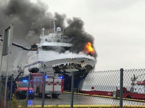BRANT LENGE: Tråleren hadde et mannskap på 29 personer. Alle ble gjort rede for. Båten brant i nesten et døgn før den kantret. Foto: Torgrim Rath Olsen