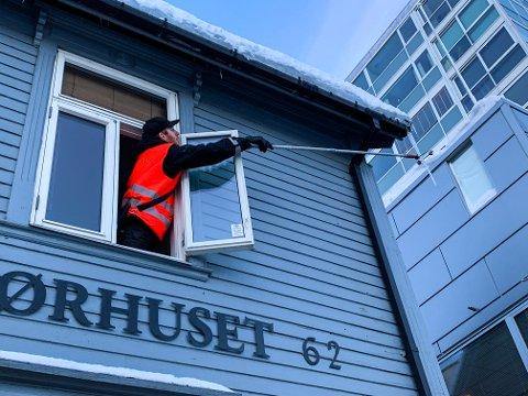 Dan Andersen i Bypatruljen hjelper Fjong Salong i sentrum å fjerne en skummel istapp.