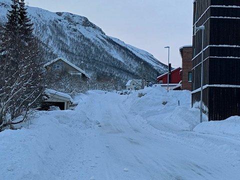 FOR FARLIG: Nobina-sjåførene nekter å kjøre opp denne bakken i Gåsværvegen i Tromsdalen. To busstopp blir dermed ikke betjent i Tromsdalen.