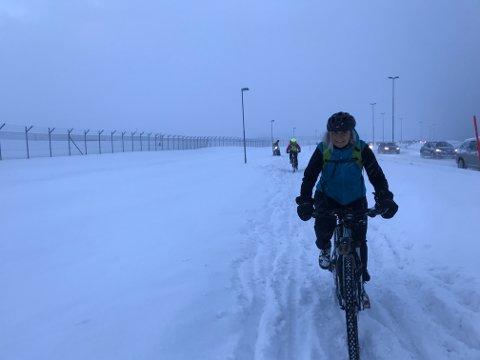 TØFFE FORHOLD: Kari Lydersen, i tillegg til en rekke andre syklister, slet hardt med å komme seg hjem til Kvaløya etter jobb tirsdag.
