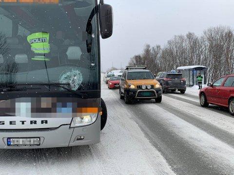 ULYKKE: Det var en turistbuss som var involvert i ulykken. En person er tatt med til UNN for undersøkelser etter sammenstøtet. Foto: Stian Saur