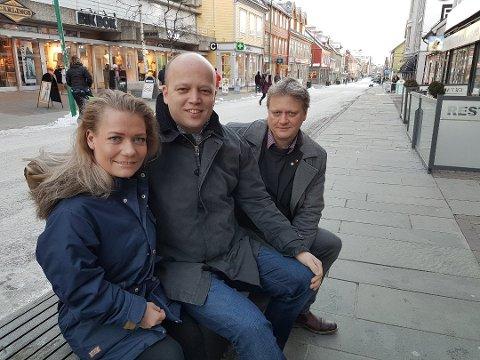 I SIGET: Senterpartiet, her ved Sandra Borch, Trygve Slagsvold Vedum og Ivar B. Prestbakmo, får hele 22,1 prosent oppslutning i en ny måling i Troms og Finnmark.