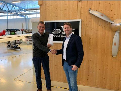 INTENSJONSAVTALE: Daglig leder Henrik Melbostad i Air Service Eggemoen (t.v.) og Marius Hansen i Babcock er fornøyd med intensjonsavtalen