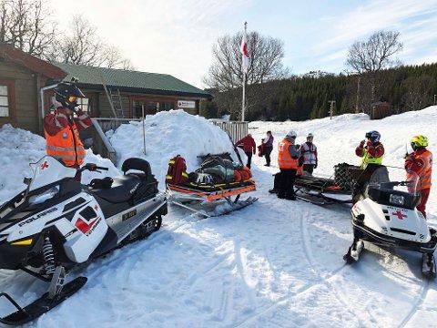 INFOSENTRAL: Røde Kors' informasjonssentral i Troms ligger i år i Kvæfjord. Onsdag ettermiddag gjorde de frivillige i lokallaget seg klare på hytta i Borkenesmarka før den store påskeutfarten.
