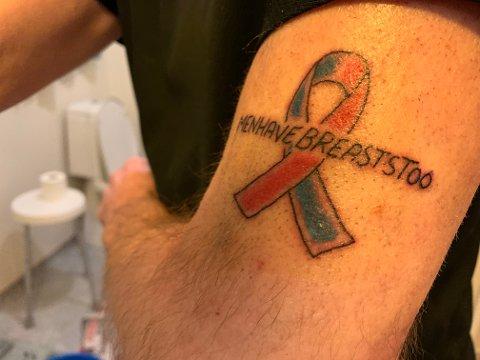KLAR TALE: På overarmen har Terje Røtnes en tatovering som viser brystkreft-sløyfen med påskriften «Menn har også bryst». Det er svært sjeldent at menn får brystkreft.  I 2017 ble 34 menn rammet av brystkreft i Norge, mot 3589 kvinner. Foto Privat