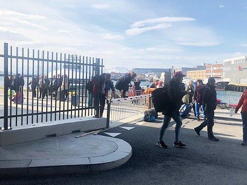 STENGT INNE: Flere av passasjerene som ankom Tromsø med hurtigbåten lørdag formiddag måtte manøvrere seg over stengte porter for å komme seg bort fra havnen.