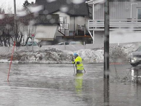 FLOM: Slik så det ut i krysset Nordøyvegen - Stakkevollvegen tirsdag morgen. Siden den gang har Bydrift fått unna mye av vannet fra stedet.
