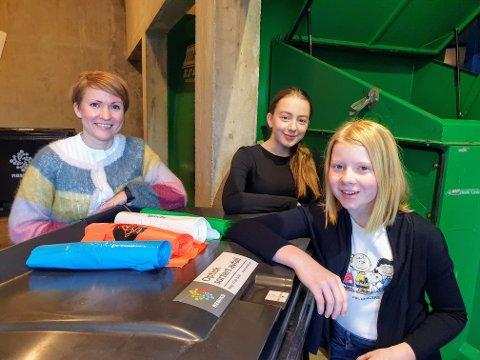 KILDESORTERING: Johanne Austad (13) og Smilla Glad Myrbakk (13) kan endelig få sortret plastavfallet ved Fgereng skole. Rektor Janne Kristine Johansen er utrolig stolt over elevene sine.