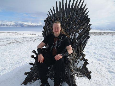 DEDIKERT: Ingen skal kunne ta fra Kristian Olsen at han er en dedikert GoT-fan. Han stilte naturligvis opp i klær som relateres til serien.