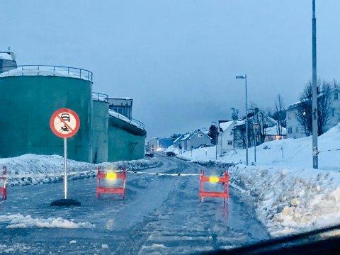 Her er Stakkevollvegen stengt. Til venstre ser man at den er av ståltankene er kollapset. Foto: Stian Saur