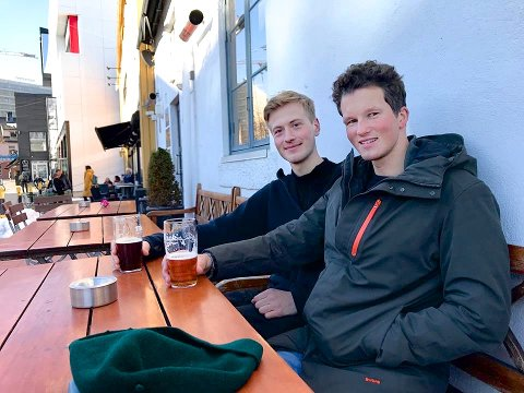 ÅRETS FØRSTE: Utepils på Skarven. Aron Widforss (t.v.) og Andreas Ryen.