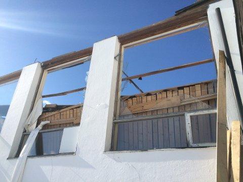 STORE SKADER: Bygget er totalskadet etter takkollapsen.