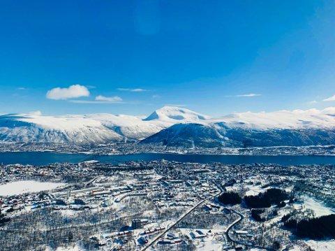 BLÅ HIMMEL: Mandag er det strålende sol i Tromsø. Men det vil ikke vare så lenge. Torsdag kommer skyene og da kan vi se langt etter noe sol. Foto: Stian Saur