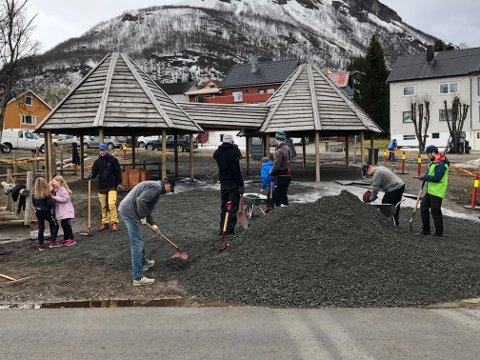 MYE ARBEID: Store og små trådte til på dugnaden på Tromsdalen skole mandag.