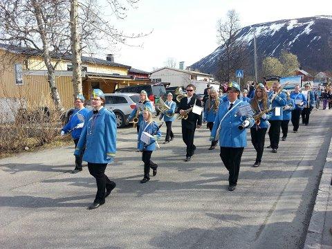 STOLT TRADISJON: Tromsdalen var blant de første av bydelene i Tromsø til å gå sitt eget lokale folketog. Foto: Arkiv