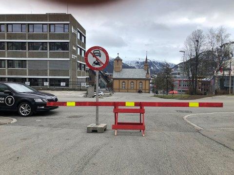 BOM STOPP: Forsøker du å kjøre til Tromsø sentrum i dag møter du en slik bom. Drosje og buss har egne passasjer inn.