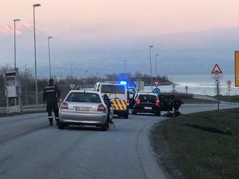 STANSET: En bil ble stanset i en væpnet aksjon som Troms politidistrikt gjennomførte natt til søndag etter tips fra innringer. Her legges en person fra bilen i bakken av politiet.