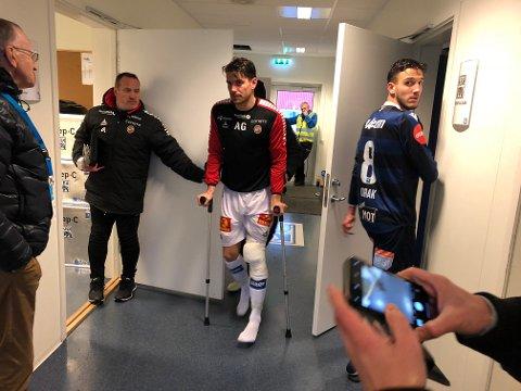 SKADET: TIL-kaptein Simen Wangberg forlot stadion i Kristiansund på dette viset. Nå er det slått fast en båndskade i kneet, som ifølge fagfolk Nordlys har snakket med høyst sannsynlig vil bety åtte uker eller mer på sidelinja.