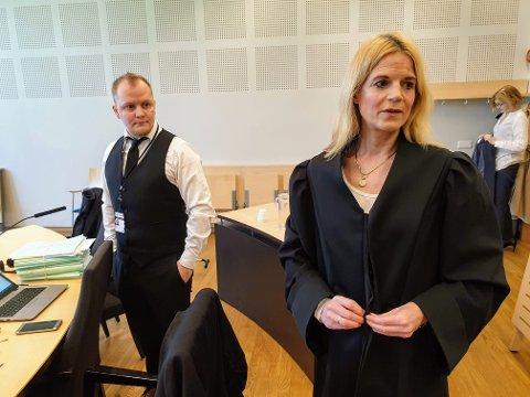 AKTOR: Gøril Lund er aktor i saken. Her sammen med straffesaksbehandler Fredrik Angell. I bakgrunnen bistandsadvokat Beate Arntzen
