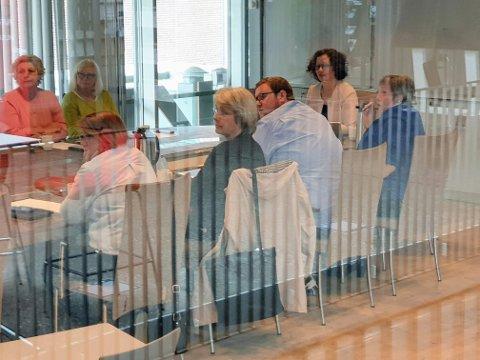 LUKKET MØTE: I et hemmelig møte fikk formannskapet informasjon om saken som trolig ender med politianmeldelse i løpet av uka. Bak fra venstre: Elin Jørgense (Rødt) og Gunhild Johansen (SV). Foran fra venstre: Helga Marie Bjerke (KrF), Britt Hege Alvarstein (Frp), Erlend Svardal Bøe (H), Anni Skogman (Frp) og Kristin Røymo (Ap).