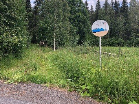 PRIVAT OMRÅDE: Det var her to jegere parkerte bilene sine før de stakk til skogs. Foto: Kjell Aasum