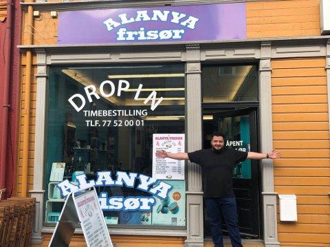 STOLT: Eier Mohammad Alaawak og frisørsalongen Alanya frisør.
