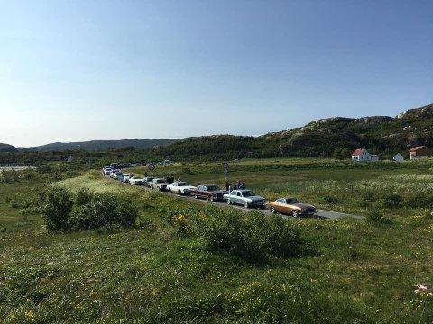 LANG KØ: Her står flere biler som ikke kom seg med ferga over til Brensholmen forrige helg. Også i år er det store kapasitetsproblemer på fergestrekningen Botnhamn - Brensholmen.