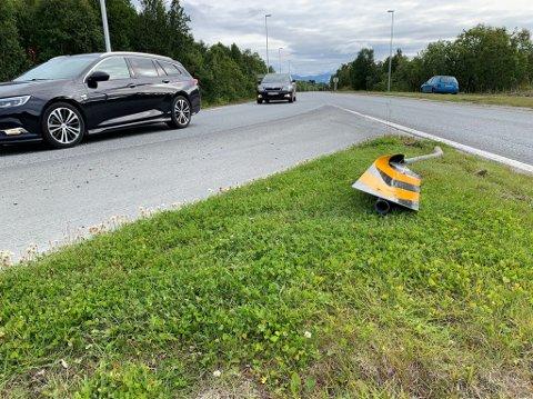 MEID NED: Skiltet som ble truffet av bilen.
