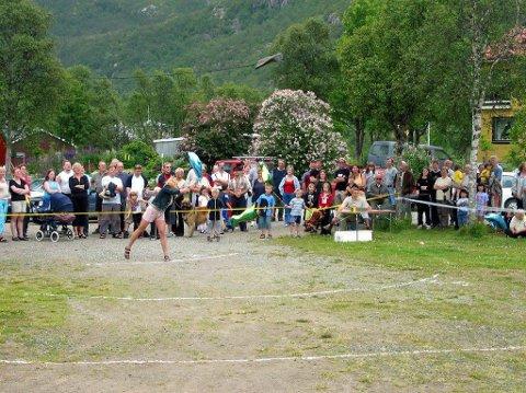 TRADISJON: Hver sommer arrangeres Skrolsviksdagan med konkurranser, lek og konserter.  Her er fra VM i sjøstøvelkasting. Foto: Arkiv
