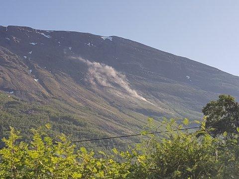 RØYK: Etter raset var det store skyer med støv som sto opp fra fjellsiden.
