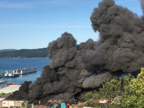 DRAMATISK: Det ble noen dramatiske timer før brannen i bilopphuggeriet Attraco på Skattøra ble slukket. Nå skal området ryddes så snart som overhodet mulig.