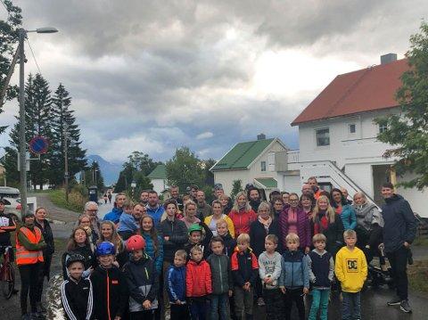ENORMT OPPMØTE: En gruppe på over 70 møtte opp onsdag. Barn og voksne som bor i området har en beskjed: - Vi vil ha fortau nå!