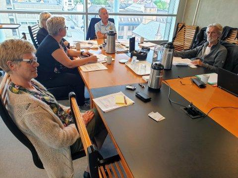 UVISST OMFANG: Omfanget i mislighetssaken i Tromsø kommune vokser, men fortsatt vet man ikke hvor stor den er: – Vi vet ikke hvor mange personer som er omfattet av dette. Det er det ekle, sier kontrollutvalgets leder, Rolleiv Lind (H, øverst ved bordet). Her fra kontrollutvalgsmøtet sist uke.