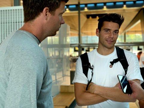 STØTTE: Simen Wangbeg og Jesper Mathisen på Flesland lufthavn mandag morgen.