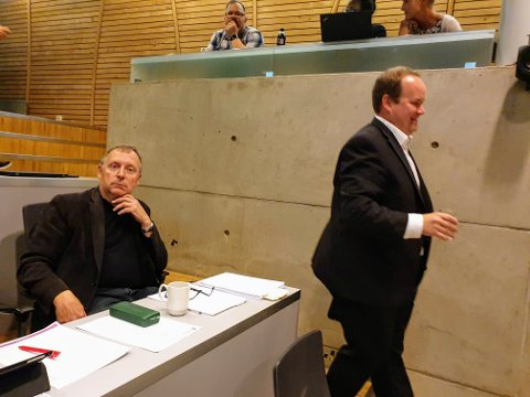 SNUR SEG VEKK: Jan Blomseth snur seg demonstrativt vekk når Bjørn-Gunnar Jørgensen går forbi ham i kommunestyresalen.