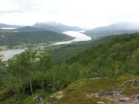 SPESIELT: Det tretten kilometer lange Rossfjordvatnet. Oppe til venstre sees Tårnvatnet og i det fjerne skimtes Finnfjordvatnet.