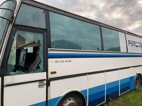 Slik så bussen ut etter hærverket. Samtlige ruter er knust. Foto: Jan Johansen
