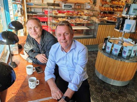 PÅ KAFÉ: Pål Julius Skoghold og Gunnar Wilhelmsen snakker ut om valgnatta på en kafé i Tromsø.