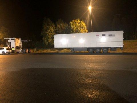 MÅTTE KOBLE AV: Da dette vogntoget ble stoppet i Nordkjosbotn i natt, ble det avslørt ulovlig kabotasje. Foto: Statens vegvesen