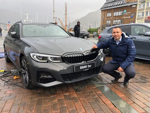 VÅT PREMIERE: Håvard Larsen hos Sulland i Tromsø avduket den nye stasjonsvogna til BMWs 3-serie lørdag. Foto: Are Medby