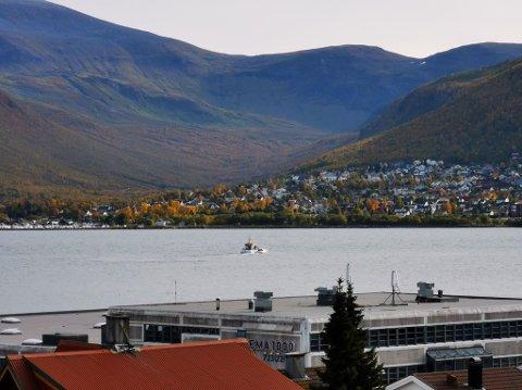 TIL UNNSETNING: Redningsskøyta Skomvær III ved fritidsbåten i Tromsøysundet tidlig mandag ettermiddag.