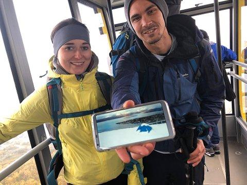 NATT PÅ FJELLET: Michaela Sorelova (24) og Vojtech Vitek (30) fra Tsjekkia hadde gått opp til Fjellheisen og satt opp telt. Morgenen etter våknet de opp til full vinter.