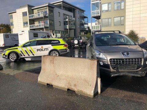 TRAFF BYGNING: En personbil traff lørdag ettermiddag en boligblokk sør på Tromsøya.