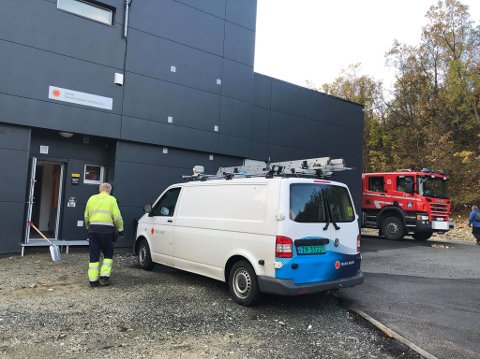 RØYKUTVIKLING: Brannvesenet og Troms Kraft ved Gimle trafostasjon hvor det oppsto røykutvikling søndag formiddag.