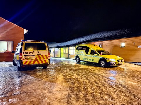 RYKKET UT: Ambulanser utenfor Lamo ungdomssenter i Salangen etter et branntilløp mandag kveld. Foto: Jon Henrik Larsen / Salangen-Nyheter