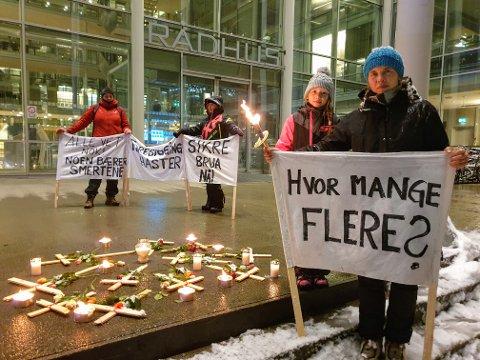 DEMONSTRERER : Tone Tingvoll (foran) arrangerte en markering onsdag. Fra venstre: Elisabeth Aase, Ella Johansen, Isabella Johansen (9) og Tone Tingvoll.